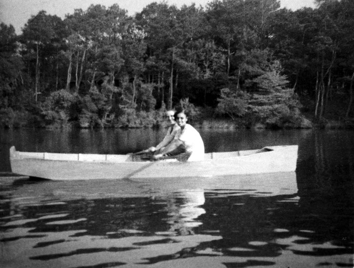 1952 : Kitty Davy with Dr. Goher Irani boating at the Center's lake.