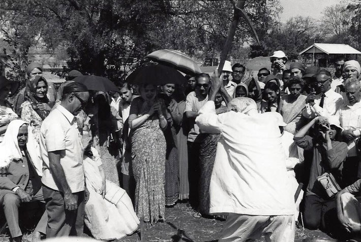 1975 ; Padri breaking the soil for a construction watched by many of Baba's Mandali