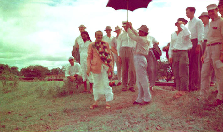 1954 : Kumar holding the umbrella for Meher Baba at Meherabad with the Western men who stayed with Baba for 3 weeks.