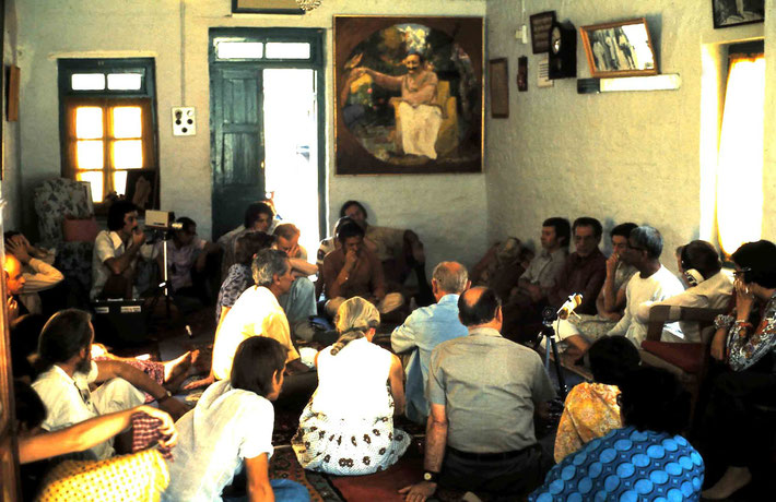 1975 : Steve recording Eruch giving a talk in Mandali Hall, Meherazad, India - Photo taken by Anthony Zois