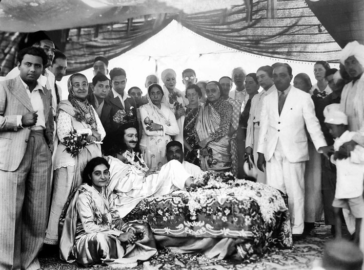 1937 : Meher Baba's Birthday in Nasik. Minoo is standing behind Baba and next to Shireen Irani ( Baba's mother ).