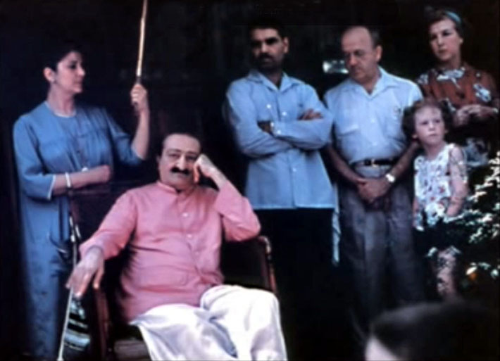 1956 : Myrtle Beach Center - Anita is holding the umbrella. Baba is listening to Harold Rudd reciting. Eruch, Darwin Shaw & Marion Florshein is on the right of Baba.