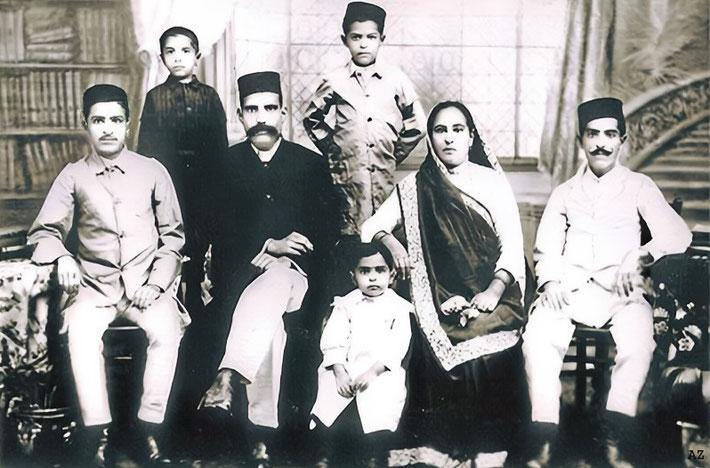 1918 : ( L-R) Merwan ( Meher Baba ), Beheram (standing), Uncle Khodadad (Baba's paternal uncle), Jal ( standing ), Adi Jrn, Shireen and Jamshed.
