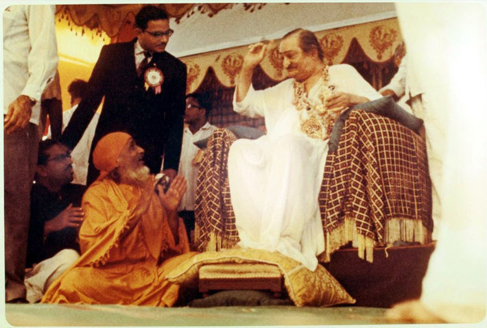 1962 : Shri Bharati conversing with Meher Baba during the darshan programme at Guruprasad, Poona, India. Image courtesy of the Shaw Family.