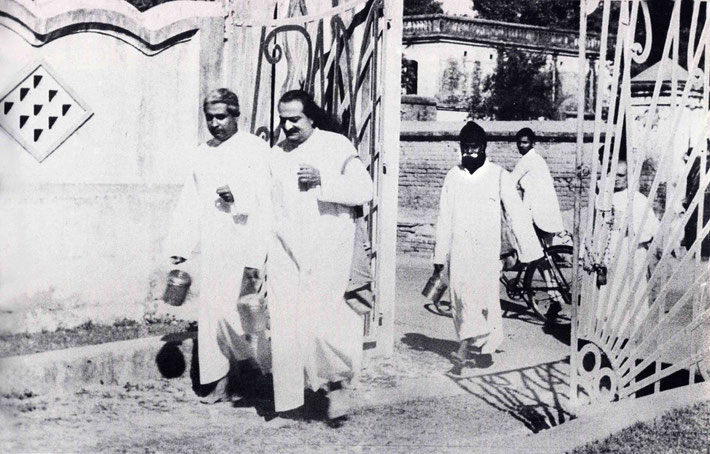 1949 : The New Life - Meher Baba with Adi K. Irani & Gustadji following in Benares, India