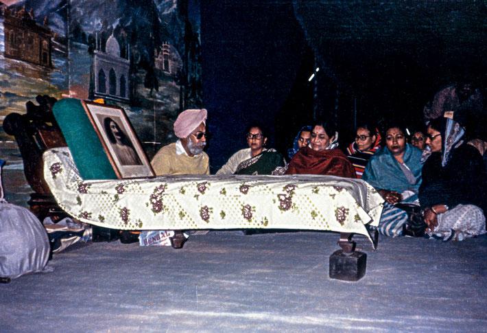 Mokham ( turban ) and Kusum Singh ( red sari ) next to Gadi on Meherabad Hill, India. Photo taken by Paul Lib.
