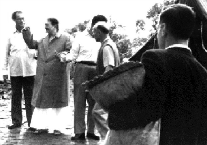 Avatar's Abode, Queesland - 1958 : (l-r) Nariman, Baba, Eruch, Francis & Stan holding the pillow
