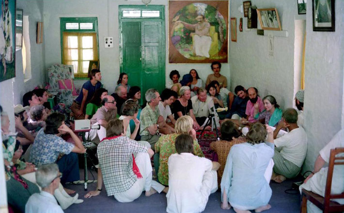 1975 : Steve recording Mani Irani giving a talk in Mandali Hall, Meherazad, India. Photo courtesy of David Fenster