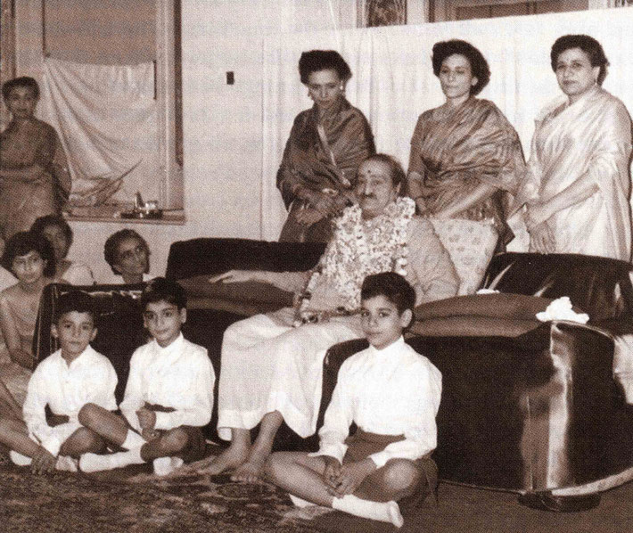 Standing behind Baba are ( L-R ) Arnavaz, Roda & Nargiz. Seated : Sarosh, Falu & Meherwan. Courtesy of Gift of  God book.