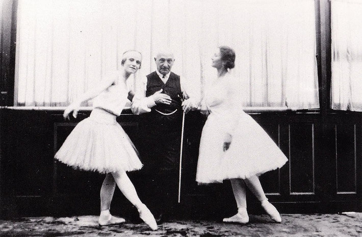 Enrico Cecchetti with Margaret Craske, and Derra de Moroda. It is uncertain whether the ballerinas mentioned is correct..