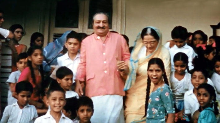 May 1961 : Meher Baba & the Maharani of Baroda with children from Poona at Guruprasad.