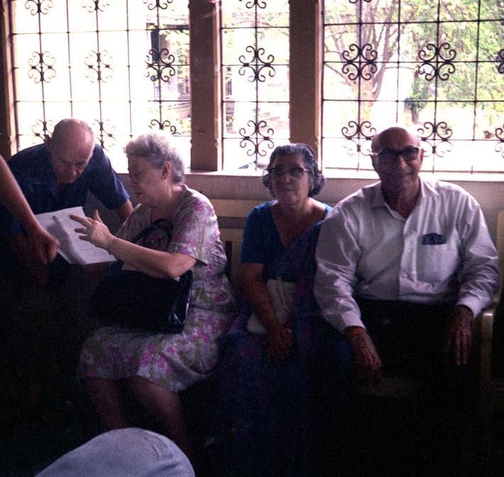 1969 : Guruprasad. Francis Brabazon talking to Ivy Duce with Sarosh & his wife Viloo. Courtesy of Teri Adams