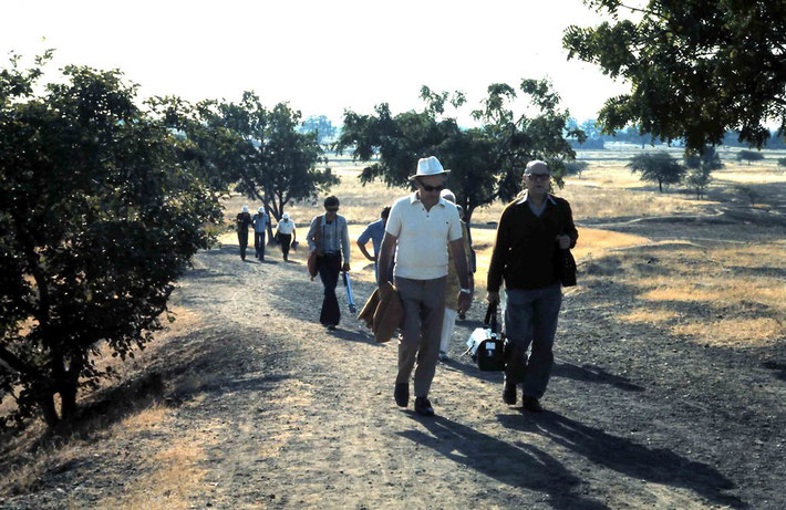 Reg ( R ) walking up Meherabad Hill - January 1975 ; Photo by Anthony Zois