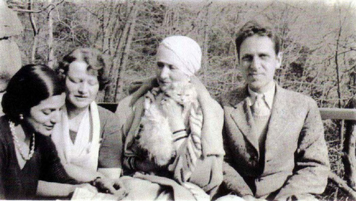 1931 - Cronton, NY : ( L-R ) Anita de Caro, Elizabeth Patterson, Norina Matchabelli and Malcolm.