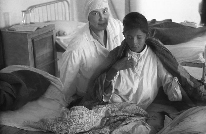 1937 ; NASIK, INDIA - Caring for the sick at the Baba's Ashram