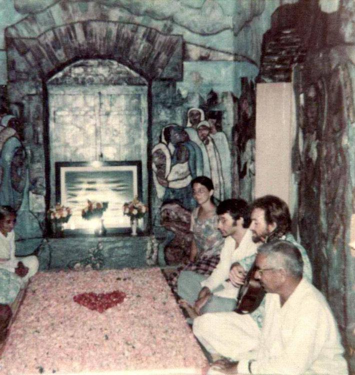 Meher Baba's Samadhi :  ( left ) Mansari,   ( right ) Andrea, Jack Mormon, Calvert Bullock & Nana Kher