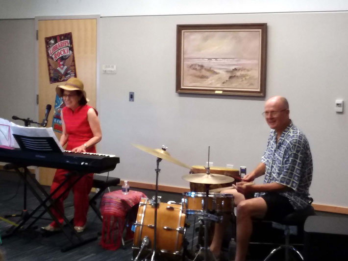 Bobbie acompanied by Cliff Hackford on drums.