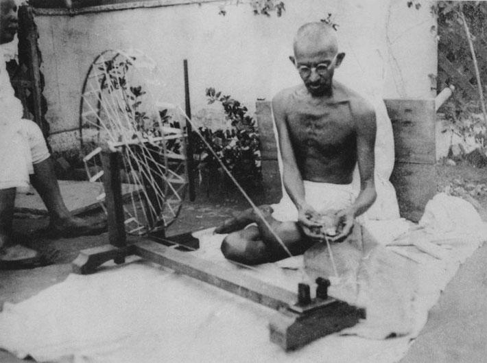 India : Gandhi spinning cotton