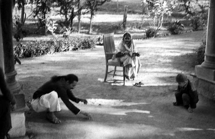 India 1942 : ( L-R ) Meher Baba, Kakobai ( Vishnu Deorukhar's mother ) Meherwan Jessawala