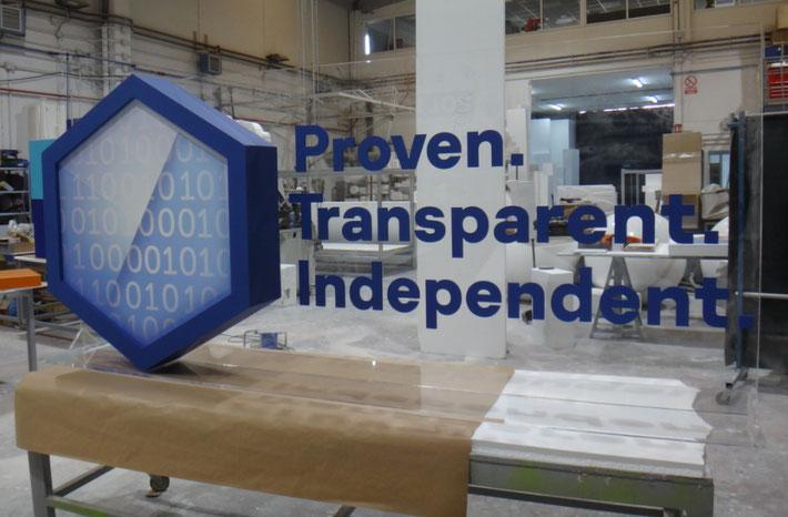 Mensaje de Marca en relieve sobre trasera transparente, para escanario