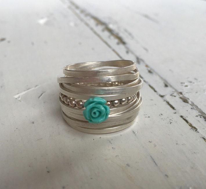 Trapped flat en gematteerd met daarin een Romance ring Turquoise gestoken.