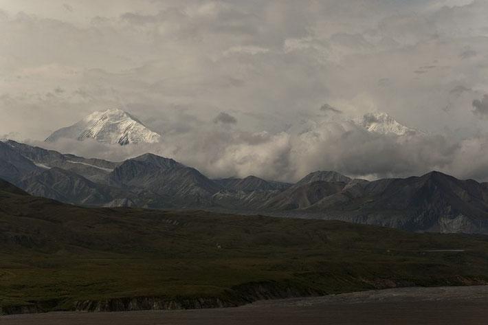 Den schneebedeckten Mount McKinley sieht man von vielen Stellen entlang der Denali National Park Road. Am Eielson Visitor Center bietet sich jedoch der beste Ausblick auf den meist wolkenverhangen Gipfel und die umliegenden Berge.