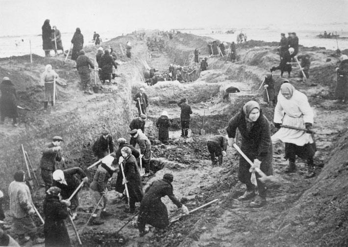 Мирные жители роют противотанковый ров под Москвой