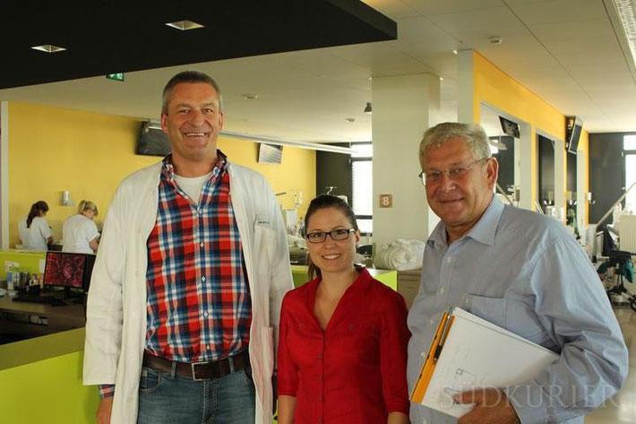 Dialyse-Arzt Thomas Quaschning (von links), Mitarbeiterin Caren Wallishauser und Architekt Herbert Pleithner klären bezüglich der Hitzebelastung in der Station auf. Trotz fehlender Klimaanlage könne ausreichend gekühlt werden. Bild: Guy Simon