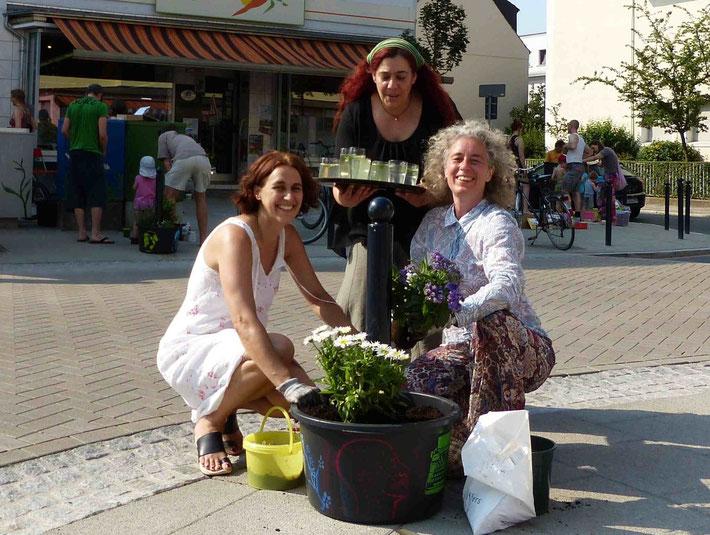 """Hier wird ein """"Grünpoller"""" bepflanzt - viele Anwohner und Geschäfte freuen sich über etwas mehr Grün auf der Straße."""