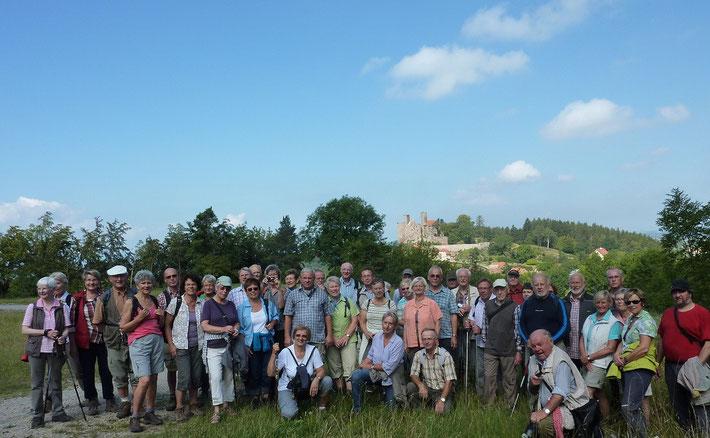 Die Korbacher Wandergruppe, im Hintergrund die Burgruine Hanstein