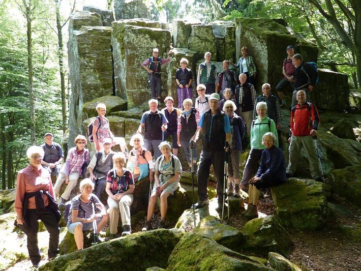 Die Wandergruppe an der Felswand bei Kleinsassen
