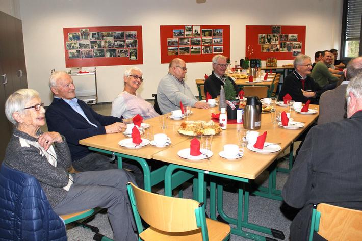 Auch Schulleiterin a.D. Christa Rachow (v.l.) hatte mit Ihren ehemaligen Kolleginnen und Kollegen große Freude an dem vorweihnachtlichen Zusammensein in der Aula der Goldbachschule.