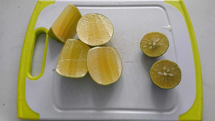 zitronen-limetten-saft-gehoert-in-nudelsuppe-pho