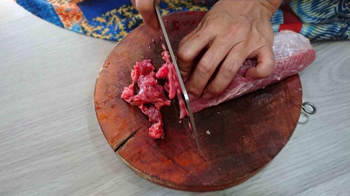 gutes-rindfleisch-fuer-eine-nudelsuppe-pho-bo-verwenden-hauchdünne Scheiben schneiden