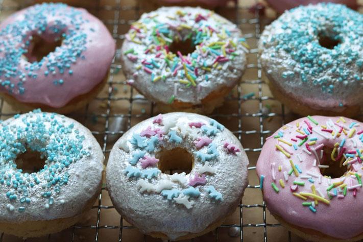 bunte Donuts mit Streusel