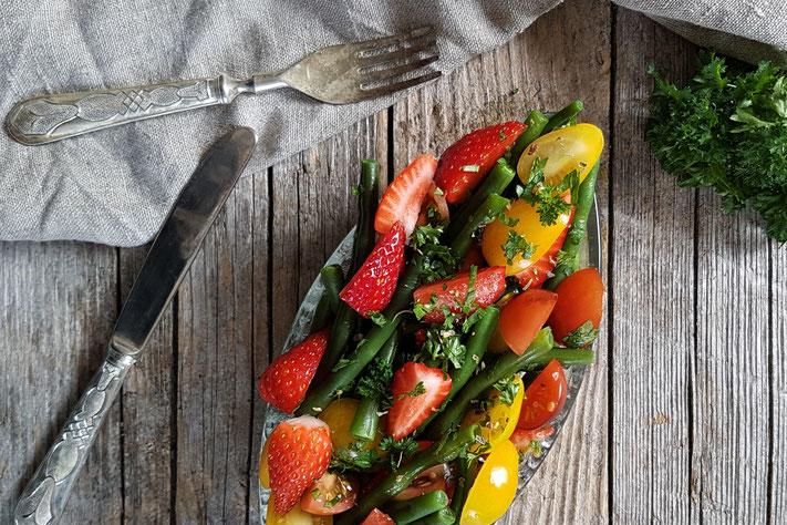 Fisolen-Erdbeer-Salat