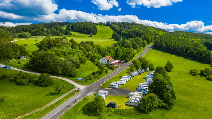Blick über Wohnmobilstellplatz am Gasthof Roth zum Arnsberg