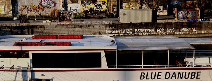 Mathieu Guillochon photographe, Europe, Autriche, Vienne, canal du Danube, bateua-mouche, quai, street art, graffiti
