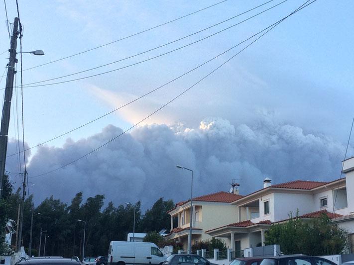 Rauchschwaden am Himmel über Leiria