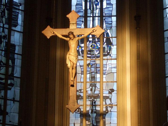 Kreuz über dem Altar mit einem Korpus, der ursprünglich an dem  Wegekreuz an der Selmer Str. hing.