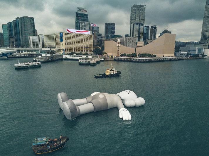 2019年3月22日香港ビクトリアハーバーに設置されたバルーン版コンパニオン。TIMEより。