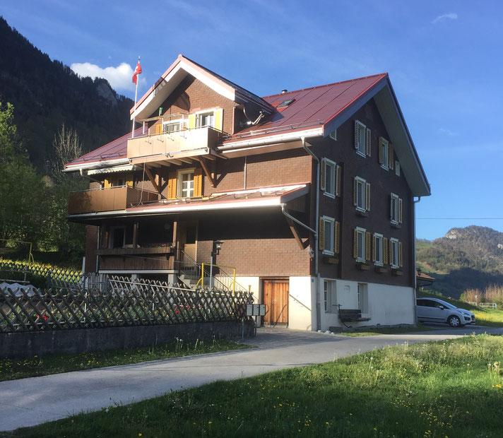 Bauernhaus erbaut 1762 ausserhalb der Bauzone, renoviert 2018 mit Terracotta-farbigen StromZiegeln (23 kWp Leistung)