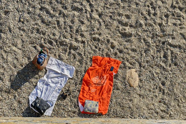 Andreas Maria Schäfer, Fotografiewelten, fotograph1956, Bild der Woche,Streetfotografie,Corona,Marburg,Konzert,Sommerstadt,T-Shirt, Beine,Schatten,Hitze,