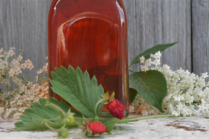 Holunder-Erdbeer-Essig