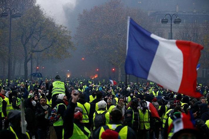 パリ中心部でデモを行うイエローベスト(2018年12月1日) ロイター通信写真