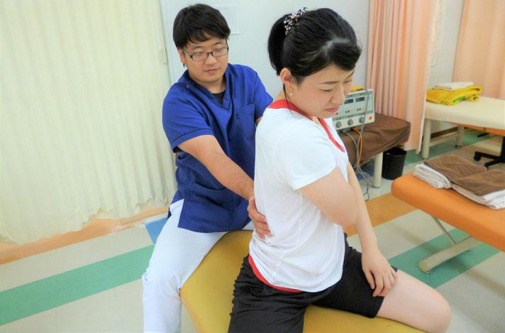 腰の関節を動かしている写真