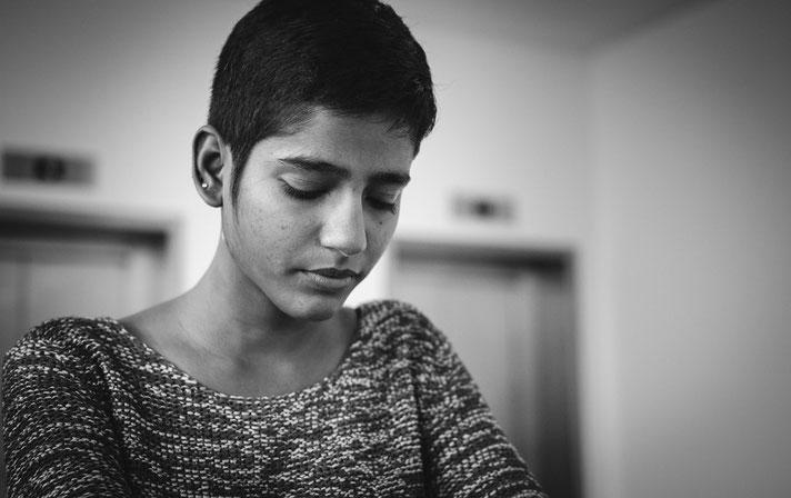 Indische Frau mit gesenktem und melancholischen Blick