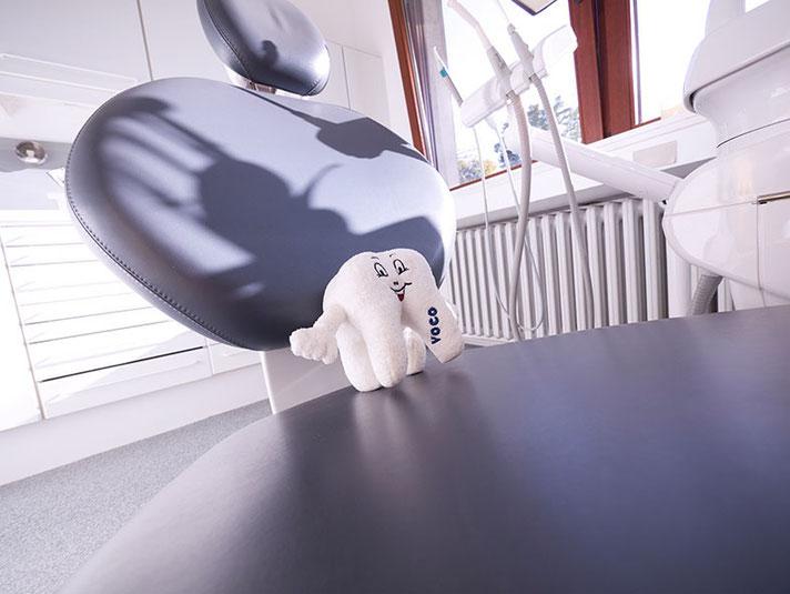 Zahnarztpraxis Dr. med. dent. Alina T. Ioana. Behandlungszimmer mit lustigem Zahn.