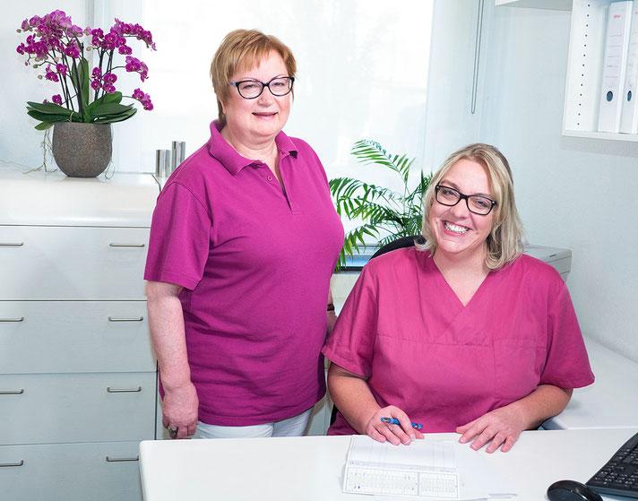 Zahnarztpraxis Dr. med. dent. Alina T. Ioana. Zahnmedizinische Fachangestellte am Empfang.