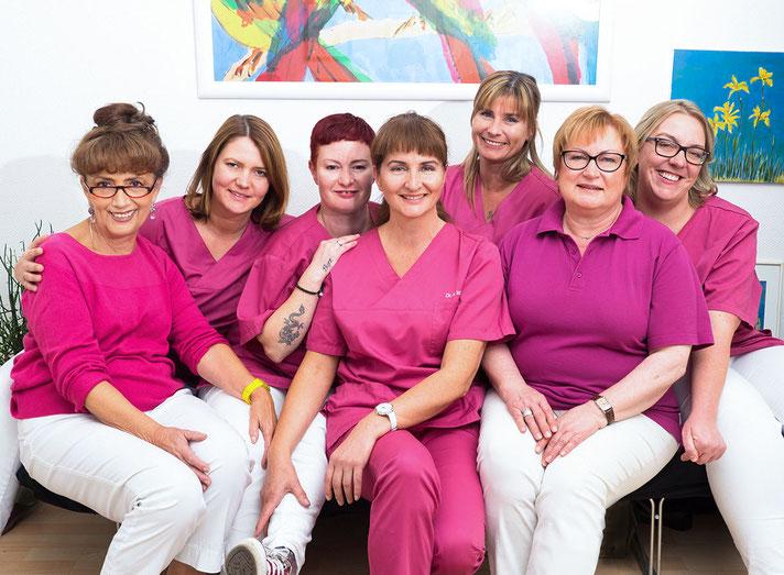 Zahnarztpraxis Dr. med. dent. Alina T. Ioana. Praxisteam. Dr. med. dent. Alina T. Ioana in der Mitte, angestellte Zahnärztin und zahnmedizinische Fachangestellte rundum.